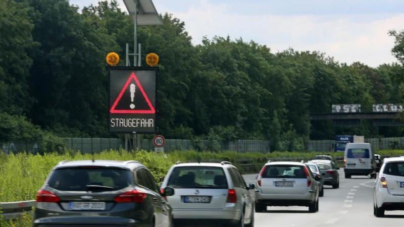 Vor allem in Süden Deutschland und in Küstennähe dürften die Fernstraßen in den kommenden Tagen voll werden. Denn in neun Bundesländern enden die Osterferien. Foto: Roland Weihrauch