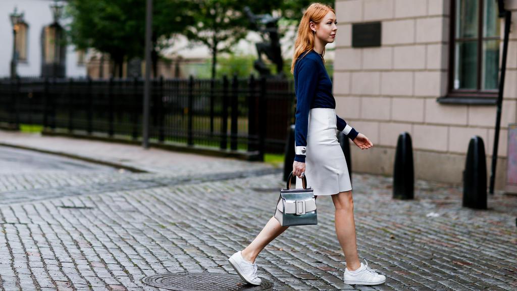 Weiße Sneaker lassen sihc perfekt zu Alltags-Outfits kombinieren.