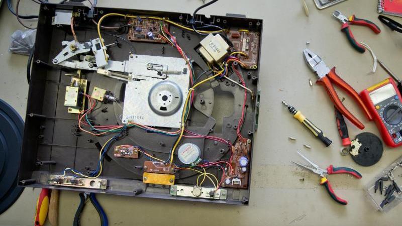 Die Reparatur ist wieder im Kommen: In Repair-Cafés kann man zum Beispiel den defekten Schallplattenspieler wieder fit machen. Foto: Daniel Karmann