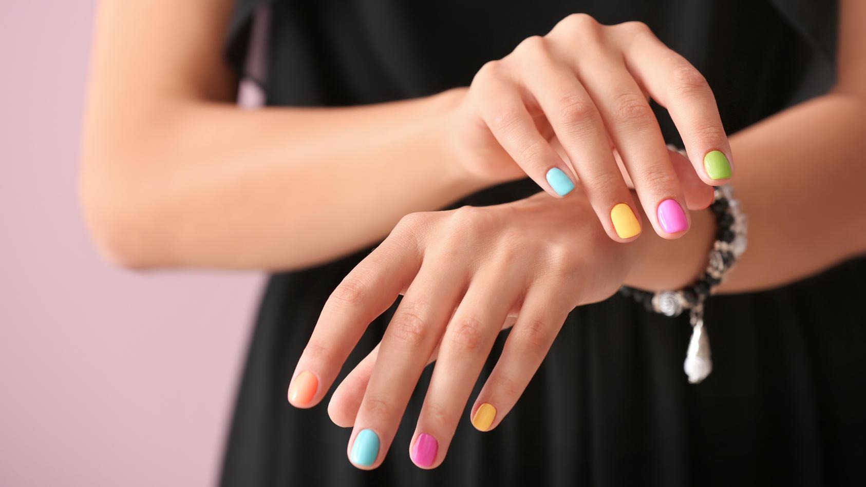 Der neue Nagellack-Trend Mismatched Nails ist gerade mega angesagt.