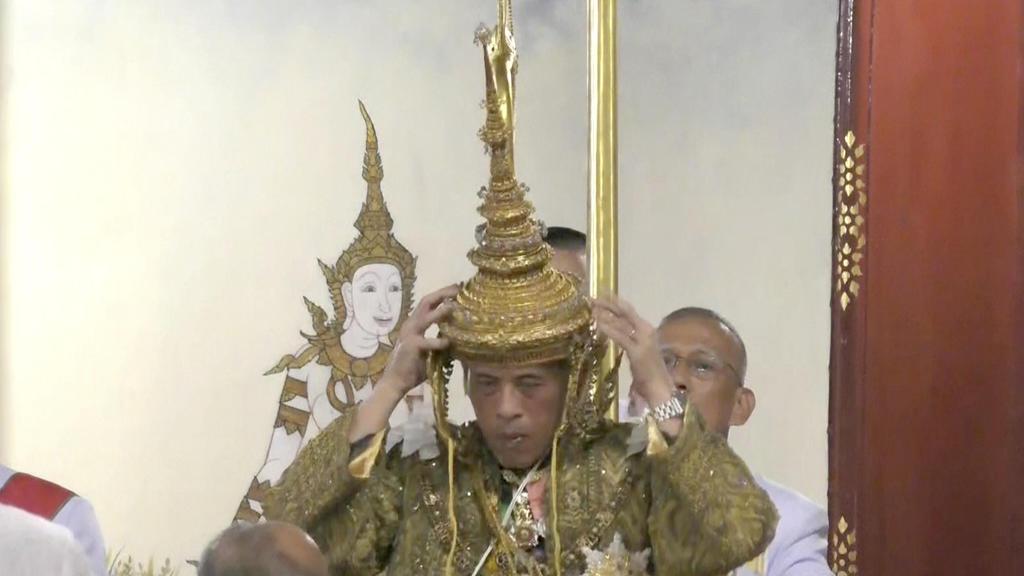 04.05.2019, Thailand, Bangkok: Thailands König Maha Vajiralongkorn setzt sich bei einer feierlichen Zeremonie seiner Krönung am Samstag 4. Mai 2019 in Bangkok selber die Krone auf (Video-Still). Foto: Uncredited/Thai TV Pool/dpa +++ dpa-Bildfunk +++