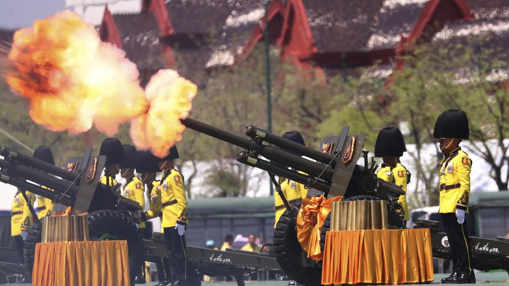 04.05.2019, Thailand, Bangkok: Königliche Gardisten feuern Salutschüsse zu Ehren des neuen Königs von Thailand, der sich in einer feierlichen Zeremonie am Samstag 4. Mai in Bangkok die Krone aufsetzte. Foto: Sakchai Lalit/AP/dpa +++ dpa-Bildfunk +++