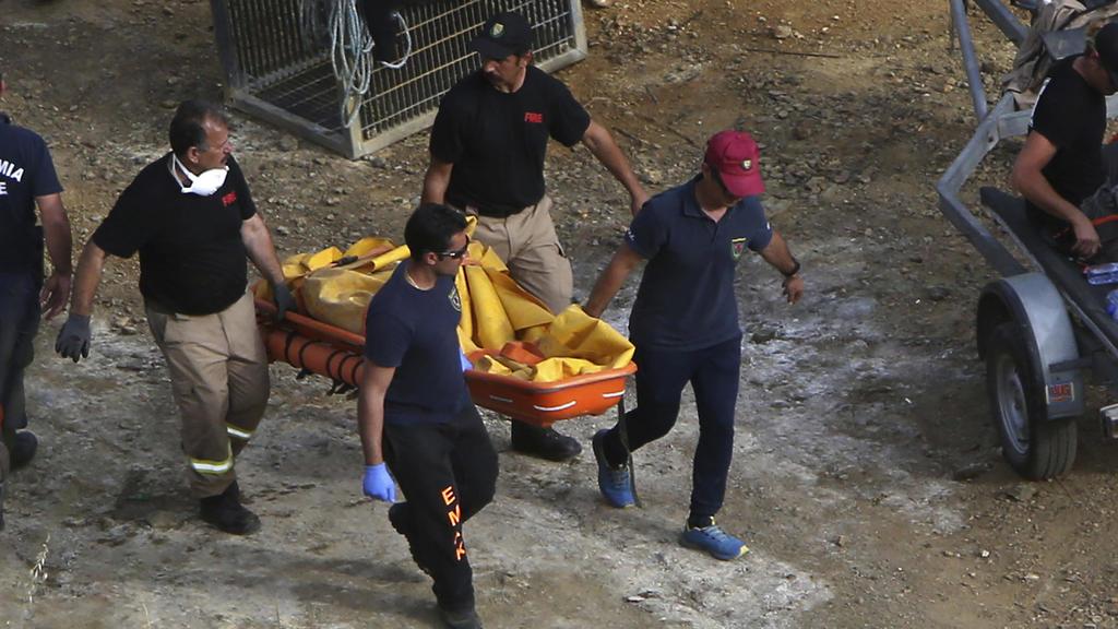 Zypern, Mitsero: Polizisten transportieren einen Koffer auf einer Trage. Bei der Suche nach den Opfern eines Serienmörders auf der Mittelmeerinsel Zypern hat die Polizei am Sonntag eine weitere Leiche entdeckt.