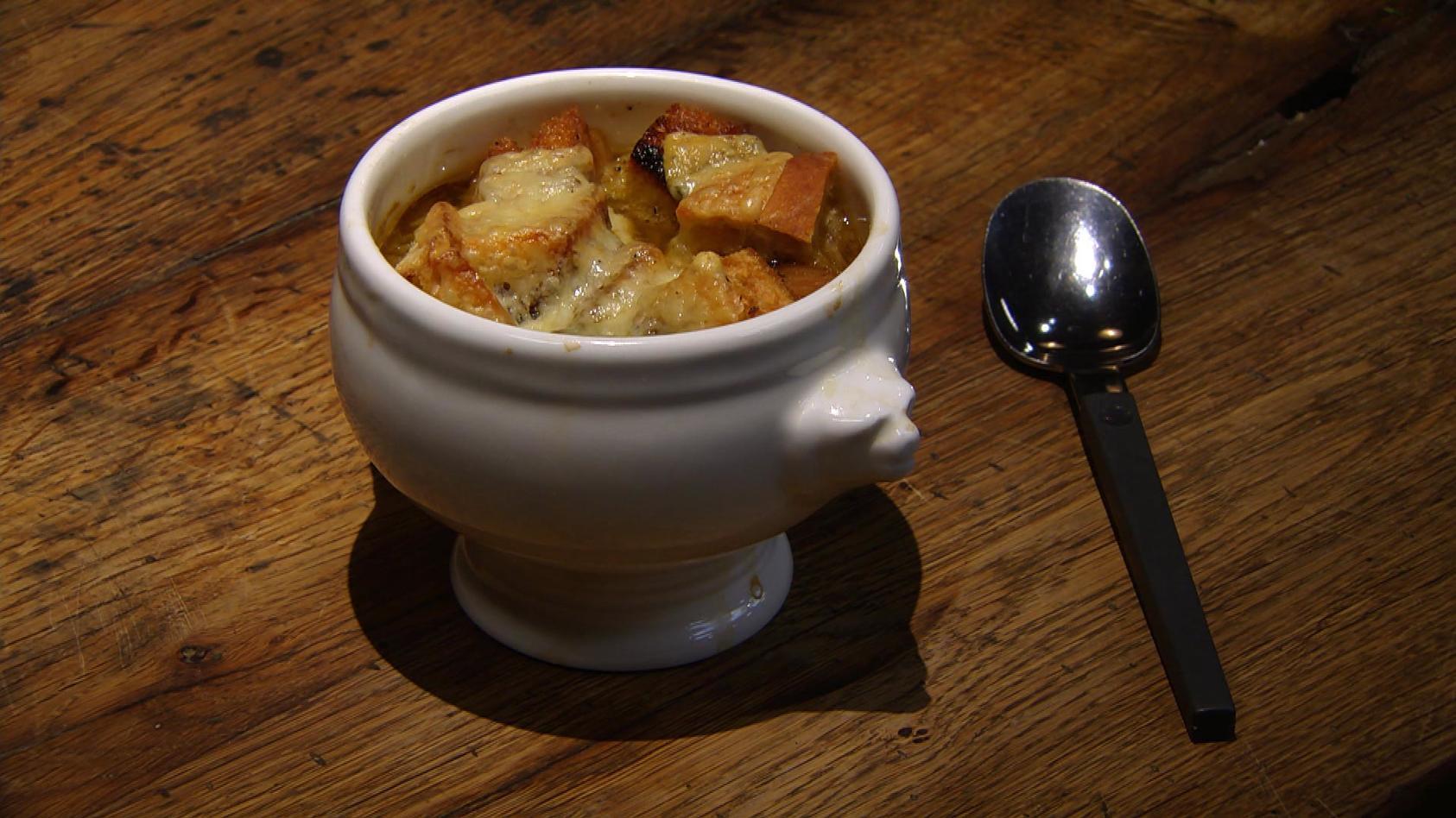 Retroküche – Zeitreise in die 70er: Überbackene Zwiebelsuppe