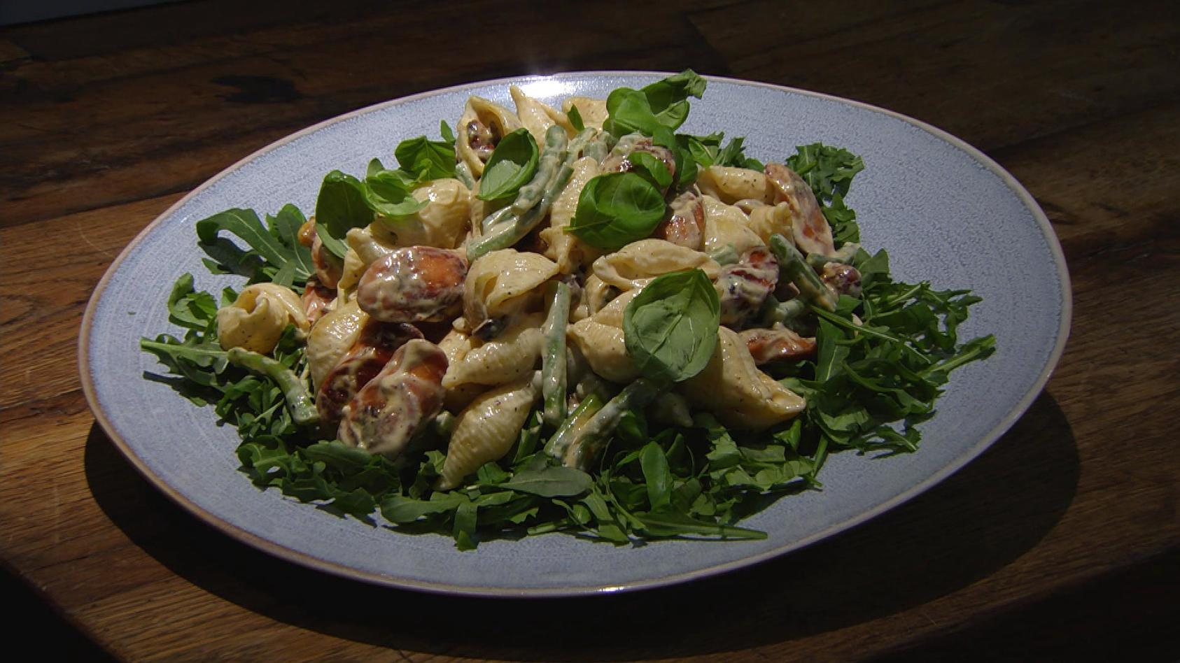 Auf die Decke, fertig, los! – Picknick im Grünen: Nudelsalat mit Bohnen und Würstchen
