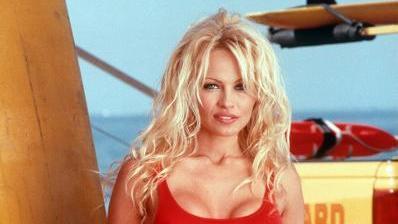 """Als Rettungsschwimmerin im figurbetonten, roten Badeanzug wurde die US-amerikanische Schauspielerin Pamela Anderson (Archivbild von 1995) zur Symbolfigur der amerikanischen Fernsehserie """"Baywatch"""". Jetzt stellt der US-Fernsehsender NBC die Serie ein."""