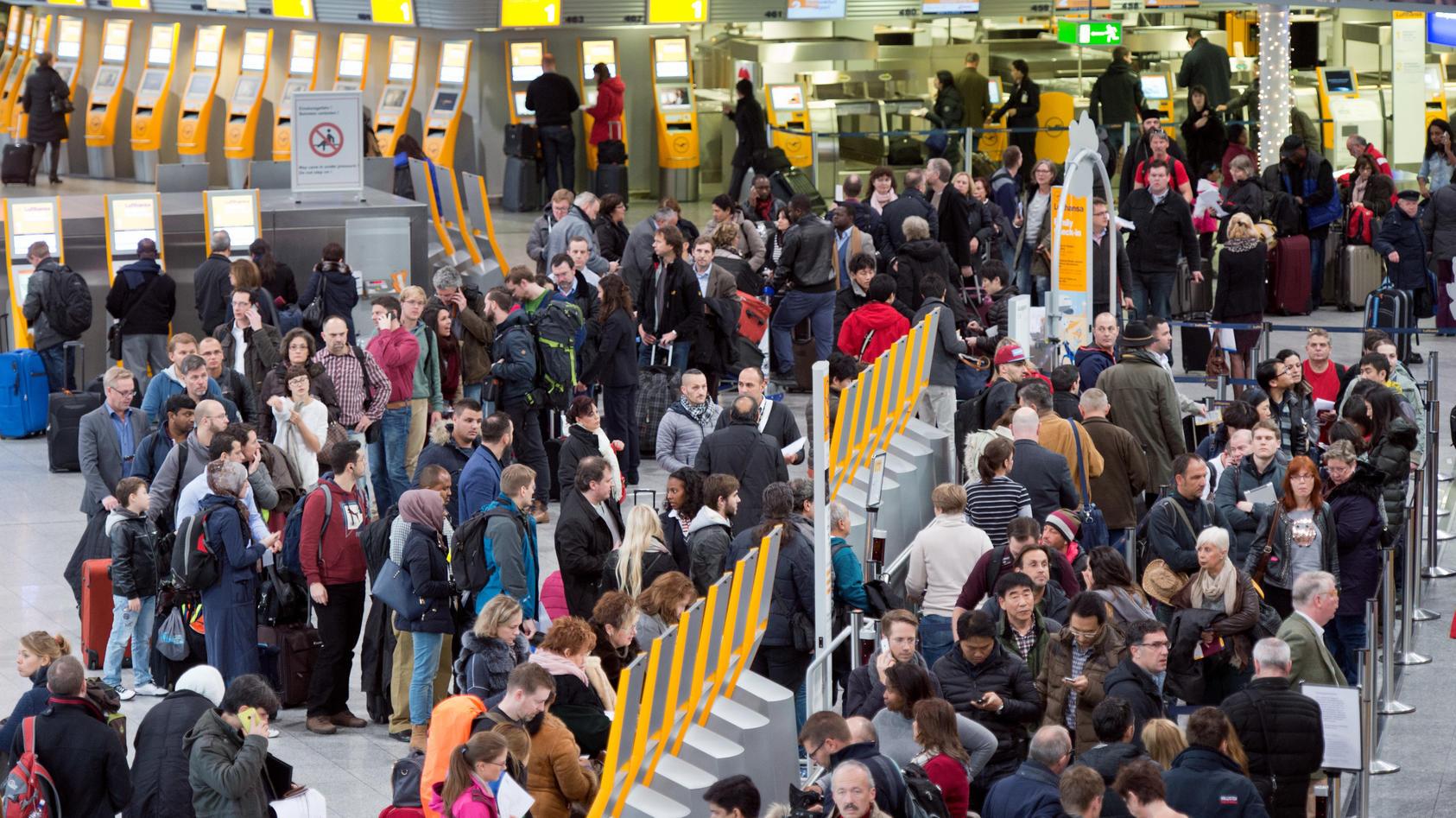 Passagiere warten am Frankfurter Flughafen.