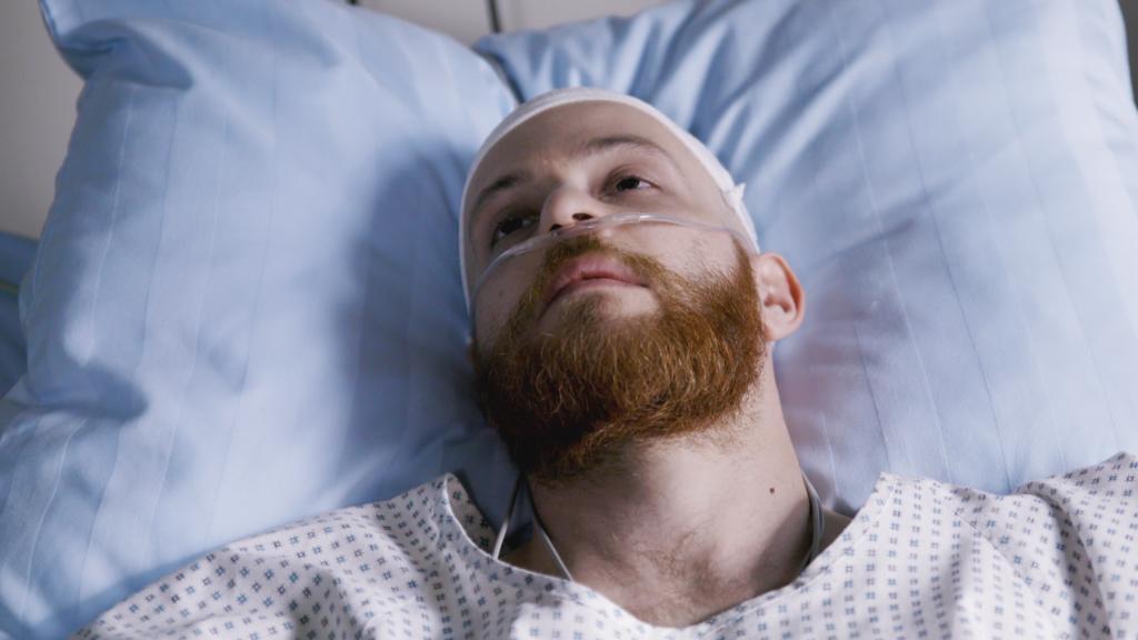 Unter uns: Tobias liegt im Krankenhaus.