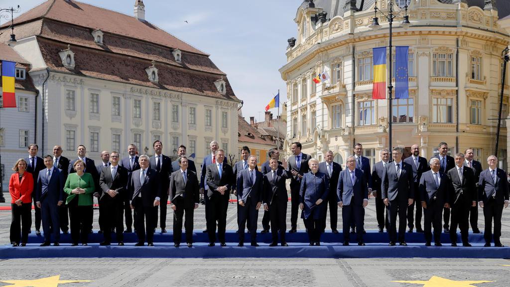 09.05.2019, Rumänien, Sibiu: Die Staats- und Regierungschefs der Europäischen Union stehen für ein Gruppenfoto zusammen. Beim informellen Gipfel der Staats- und Regierungschefs der Europäischen Union stehen vor allem Debatten über die Zukunft Europas