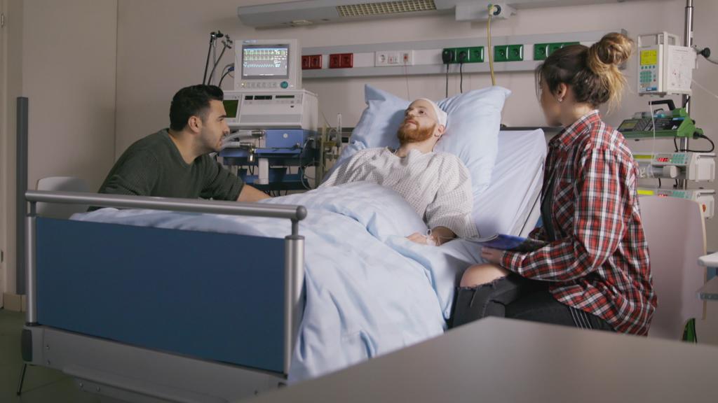 Unter uns: Easy und Vivien sitzen an Tobias' Krankenbett.