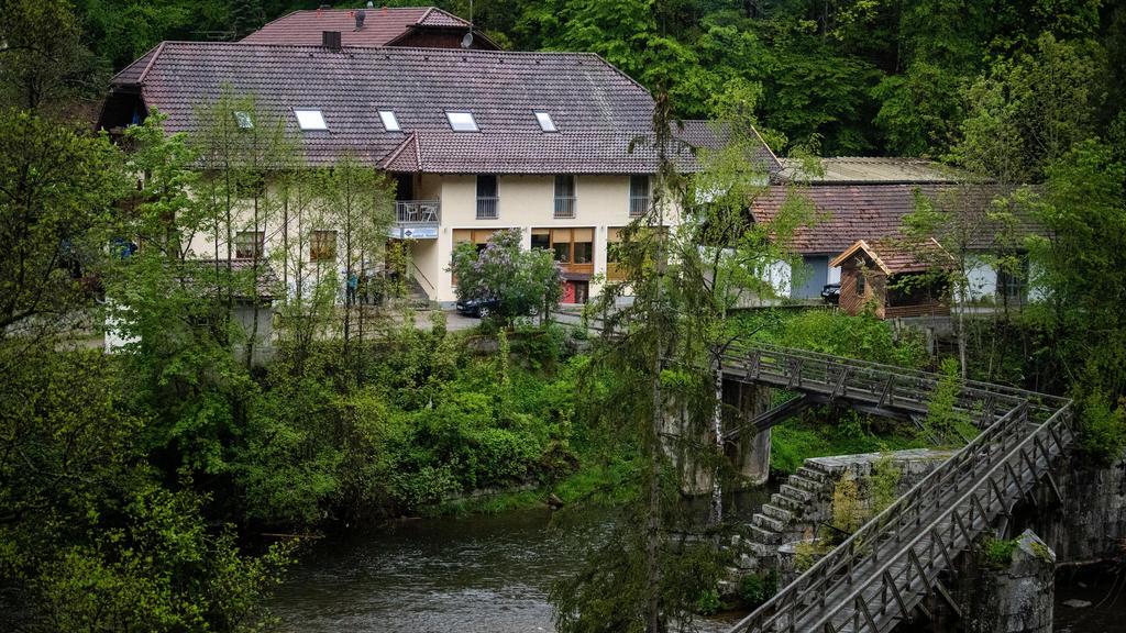 11.05.2019, Bayern, Passau: Eine Pension steht von Bäumen umgeben an der Ilz. Drei tote Personen sind in einem Zimmer der Pension gefunden worden. Den Angaben zufolge stammen die Toten aus Niedersachsen und Rheinland-Pfalz. Es sei noch völlig offen,