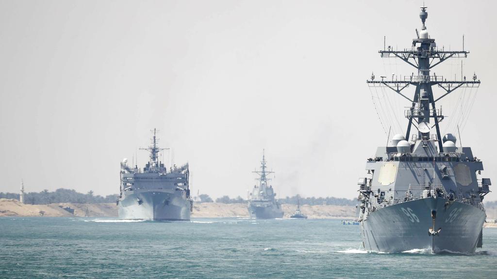 HANDOUT - 09.05.2019, Ägypten, ---: Dieses von der US Navy zur Verfügung gestelltes Bild zeigt Begleitschiffe des Flugzeugträger USS Abraham Lincoln im Sueskanal vor der Küste von Ägypten. Das Pentagon verlegte den Flugzeugträger «USS Abraham Lincoln