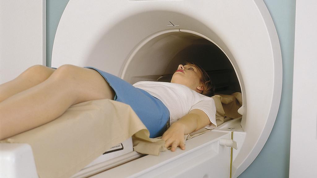 Eine Frau wird in einen Computertomographen geschoben