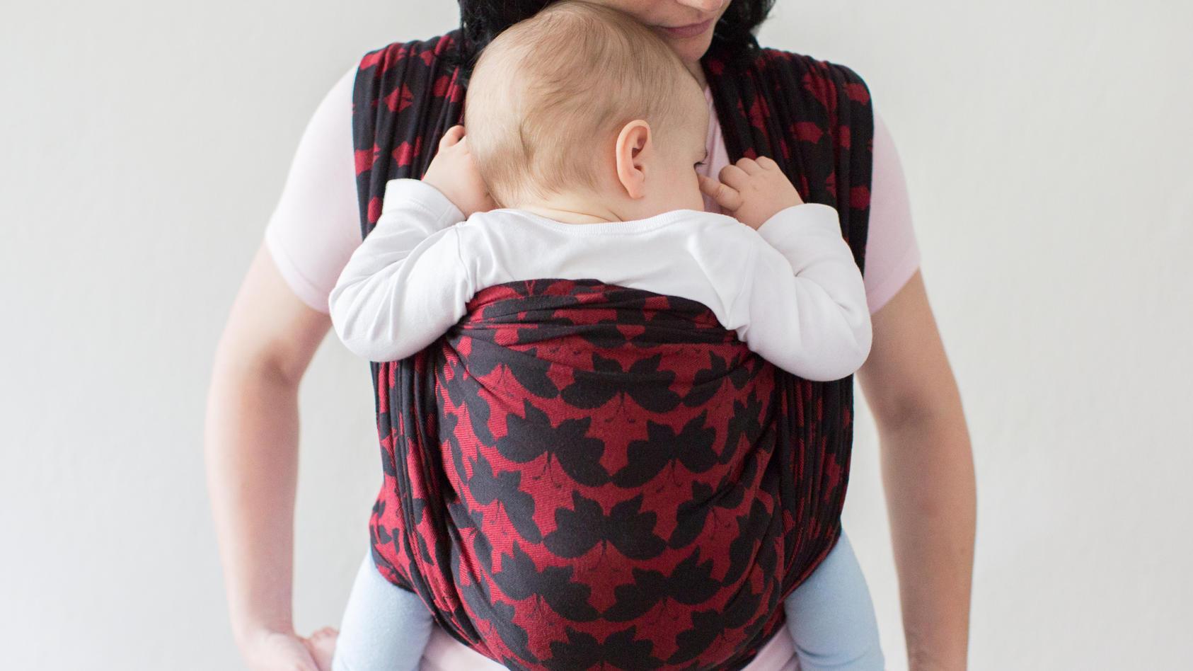 Babys müssen richtig eingewickelt sein, damit sie im Tragetuch gut atmen können.