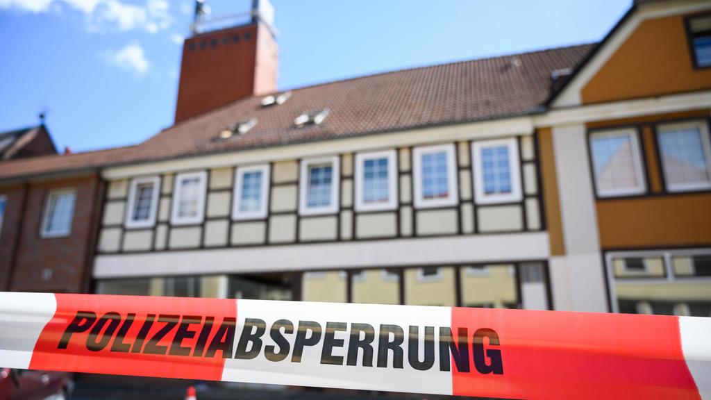 dpatopbilder - 13.05.2019, Niedersachsen, Wittingen: Ein Haus ist mit Polizei Absperrband gesichert. Im Zusammenhang mit dem Passauer Armbrust-Fall haben Ermittler zwei Leichen in Niedersachsen gefunden. Die toten Frauen seien in der Wohnung eines de