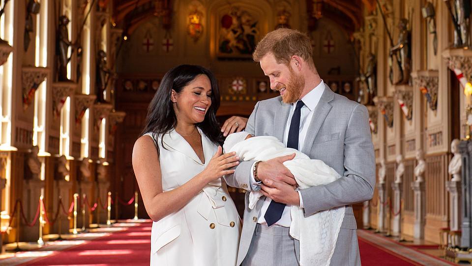 Herzogin Meghan und Prinz Harry haben ihren kleinen Sohn Archie Harrison am 8. Mai der Welt vorgestellt.