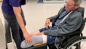Kurt Kaser sitzt nun im Rollstuhl, doch die Chancen, dass er bald wieder laufen kann, stehen gut.