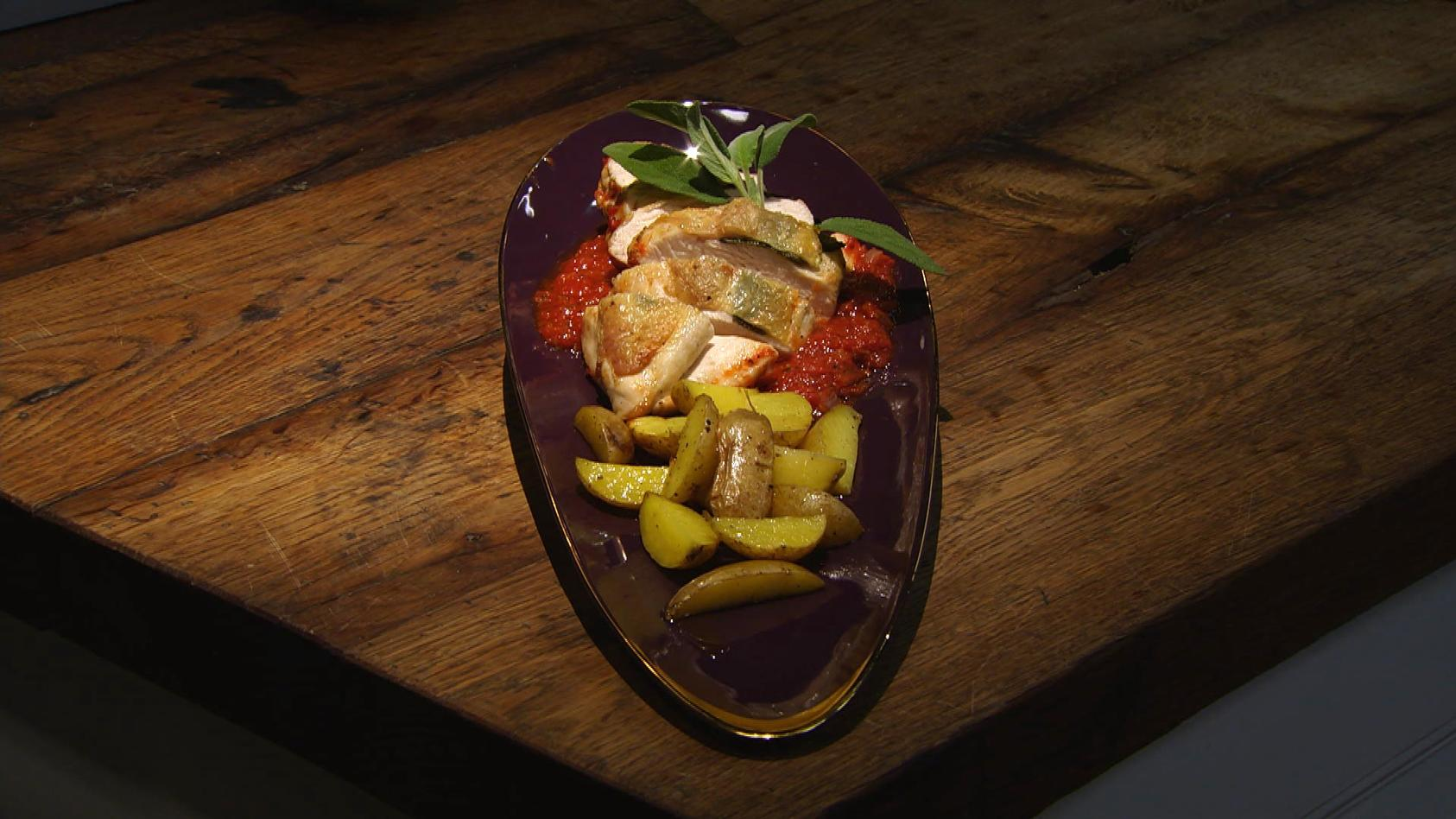 Romantisches Dinner – Liebe geht durch den Magen: Salbei-Huhn mit Kartoffel-Drillingen auf Tomatenbett