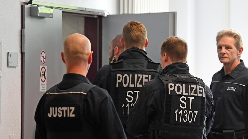 17.05.2019, Sachsen-Anhalt, Dessau-Roßlau: Polizei sichert während der Urteilsverkündung im Prozess um den Tod eines 22-Jährigen aus Köthen gegen zwei wegen Körperverletzung mit Todesfolge angeklagte Afghanen den Eingang zum Saal im Landgericht in De