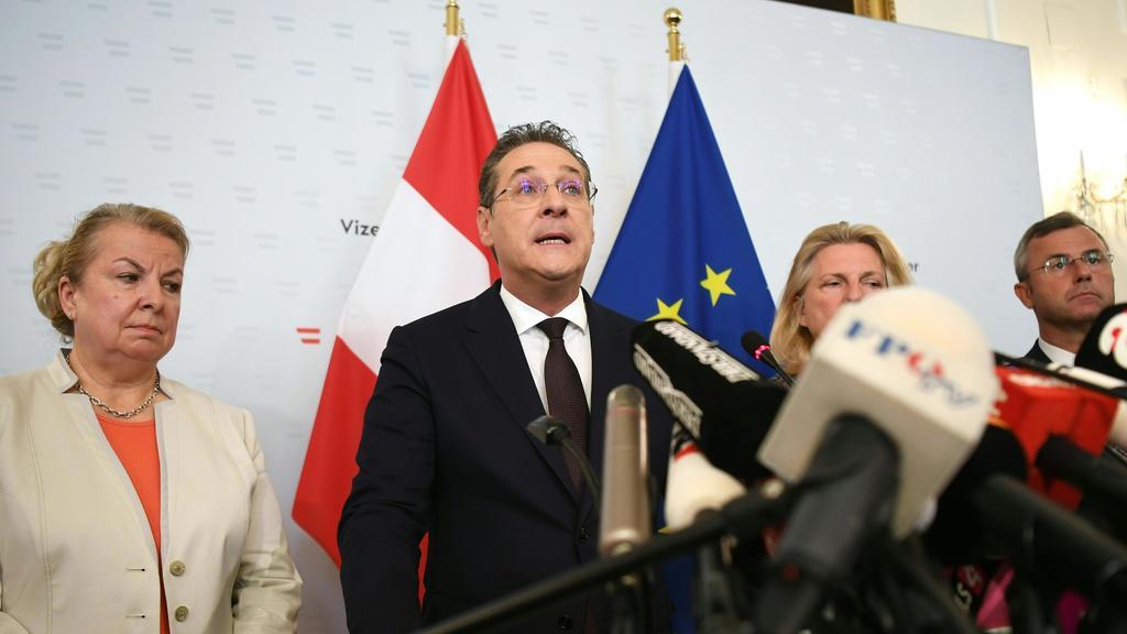 18.05.2019, Österreich, Wien: Heinz-Christian Strache (M), Bundesobmann der FPÖ und Vizekanzler, spricht auf einer Pressekonferenz im Bundeskanzleramt. Strache (FPÖ) hat am Samstag seinen Rücktritt angeboten. Kanzler Kurz (ÖVP) werde das Angebot anne