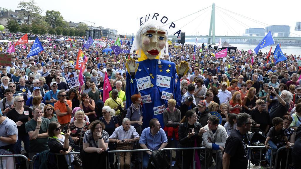 19.05.2019, Nordrhein-Westfalen, Köln: Menschen stehen bei einer Demonstration für Europa an der Deutzer Brücke. Die bundesweiten Demos sollen vor der Europawahl am 26. Mai ein Zeichen gegen den internationalen Rechtsruck und für ein Europa der Mensc