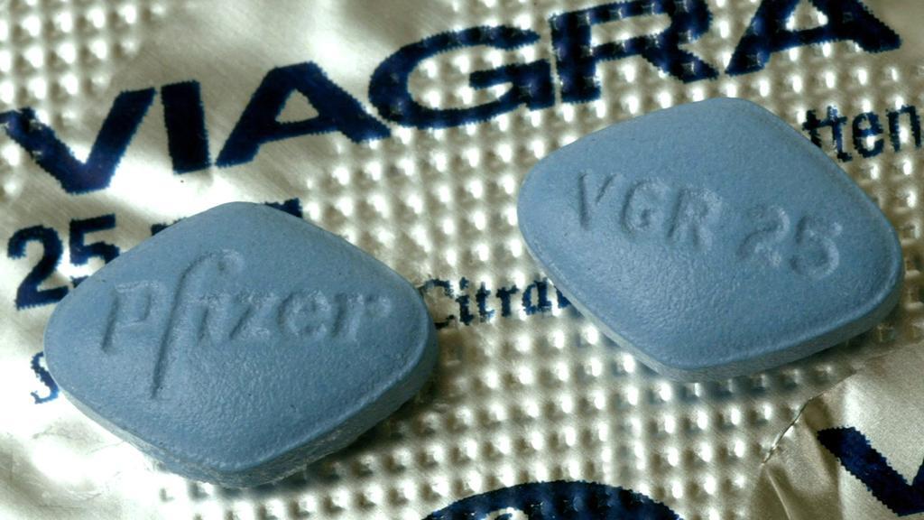 """ARCHIV - 09.09.2003, Baden-Württemberg, Karlsruhe: Zwei Tabletten Viagra liegen auf einer Medikamentenverpackung. (zu dpa «Kinderschwund - Französischer Bürgermeister will Viagra verteilen"""") Foto: Uli Deck/dpa +++ dpa-Bildfunk +++"""