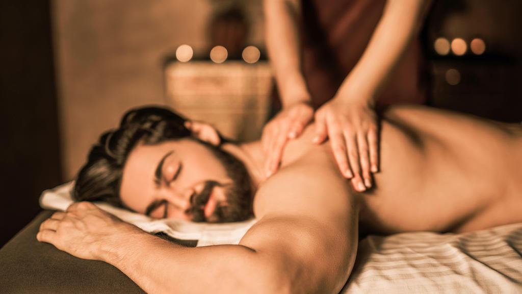 Richtig massieren lernen: Mann bekommt eine Rückenmassage