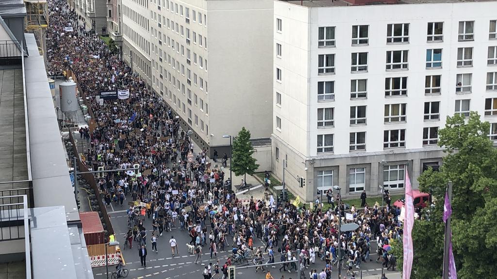 Berlin: Fridays for Future Demonstranten ziehen zum Brandenburger Tor am Freitag, dem 24. Mai 2019