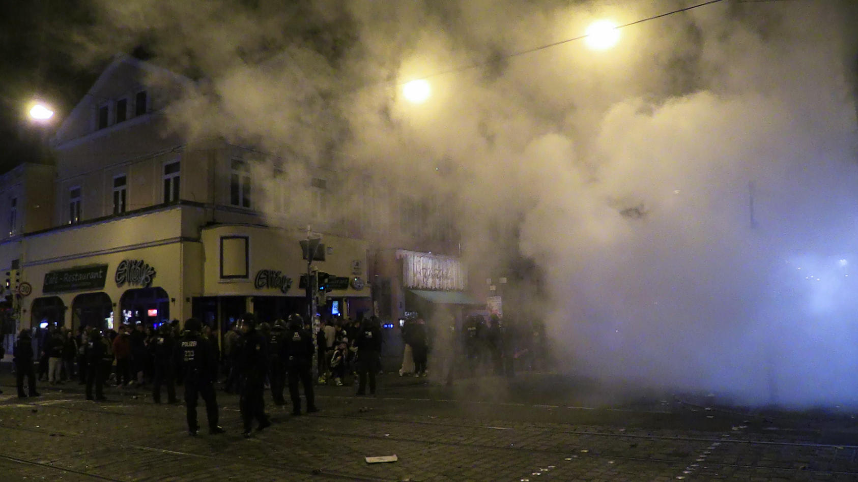 Rund 300 gewalttätige Randalierer haben in der Nacht in Bremen eine Kreuzung besetzt Die Polizei musste mit einem Großaufgebot einschreiten.