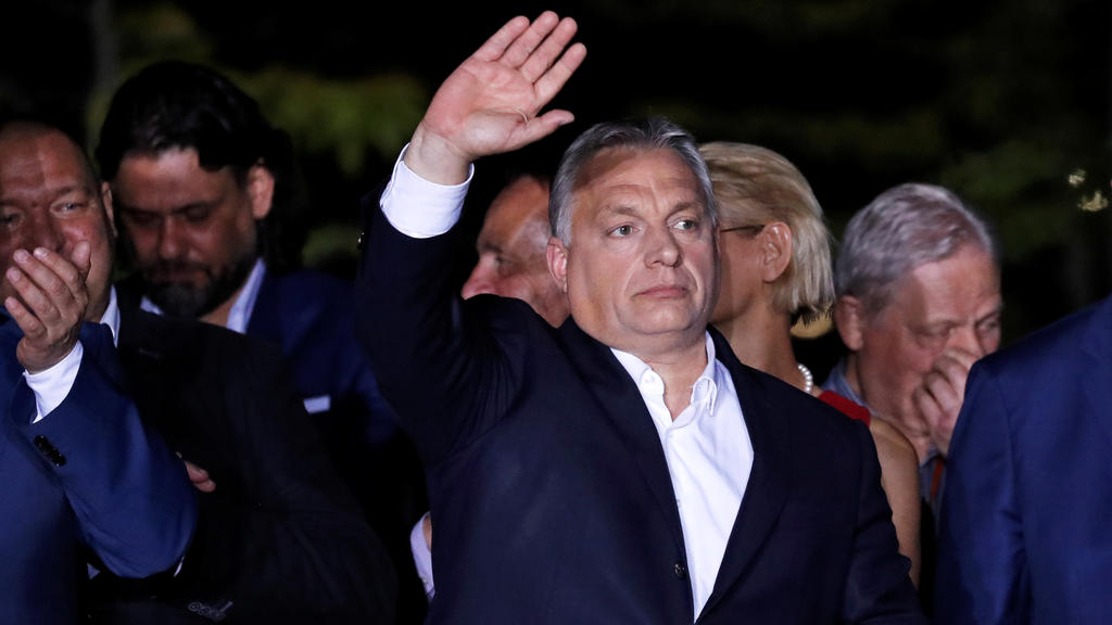 Hungarian Prime Minister Viktor Orban waves after addressing supporters, following the preliminary results of the European Parliament election in Budapest, Hungary, May 26, 2019. REUTERS/Bernadett Szabo