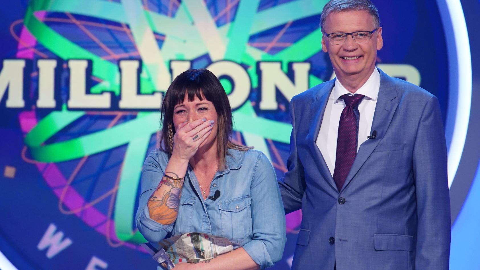 """Kandidatin Tina Graupner (l.) glaubt irrtümlich, dass sie es auf den Ratestuhl von """"Wer wird Millionär?"""" zu Günther Jauch geschafft hat."""