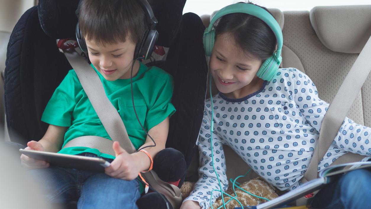 Jetzt gibt's was auf die Ohren, Kinder. Hörbücher sind ein toller Zeitvertreib.