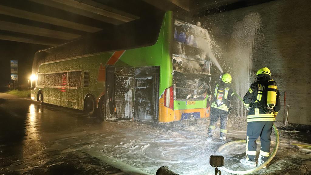 04.06.2019, Niedersachsen, Bremen: Feuerwehrleute löschen einen Reisebus. In einem Reisebus ist auf der Autobahn 1 bei Bremen ein Feuer ausgebrochen. Bei dem Brand in der Nacht zu Mittwoch sei niemand verletzt worden, sagte ein Polizeisprecher. Foto: