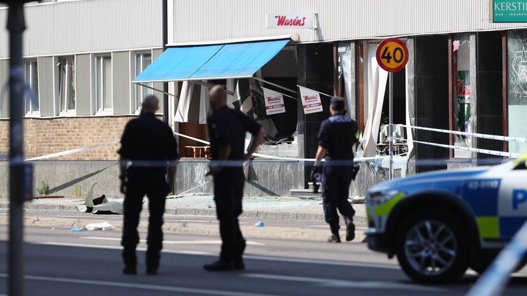 LINKÖPING 20190607 Police at a block of flats that were hit by an explosion Friday morning June 7, 2019 in Linkoping, Central Sweden. Cause of the blast is still unknown. Linköping Sweden x71500x *** LINKÖPING 20190607 Police at a block of flats that