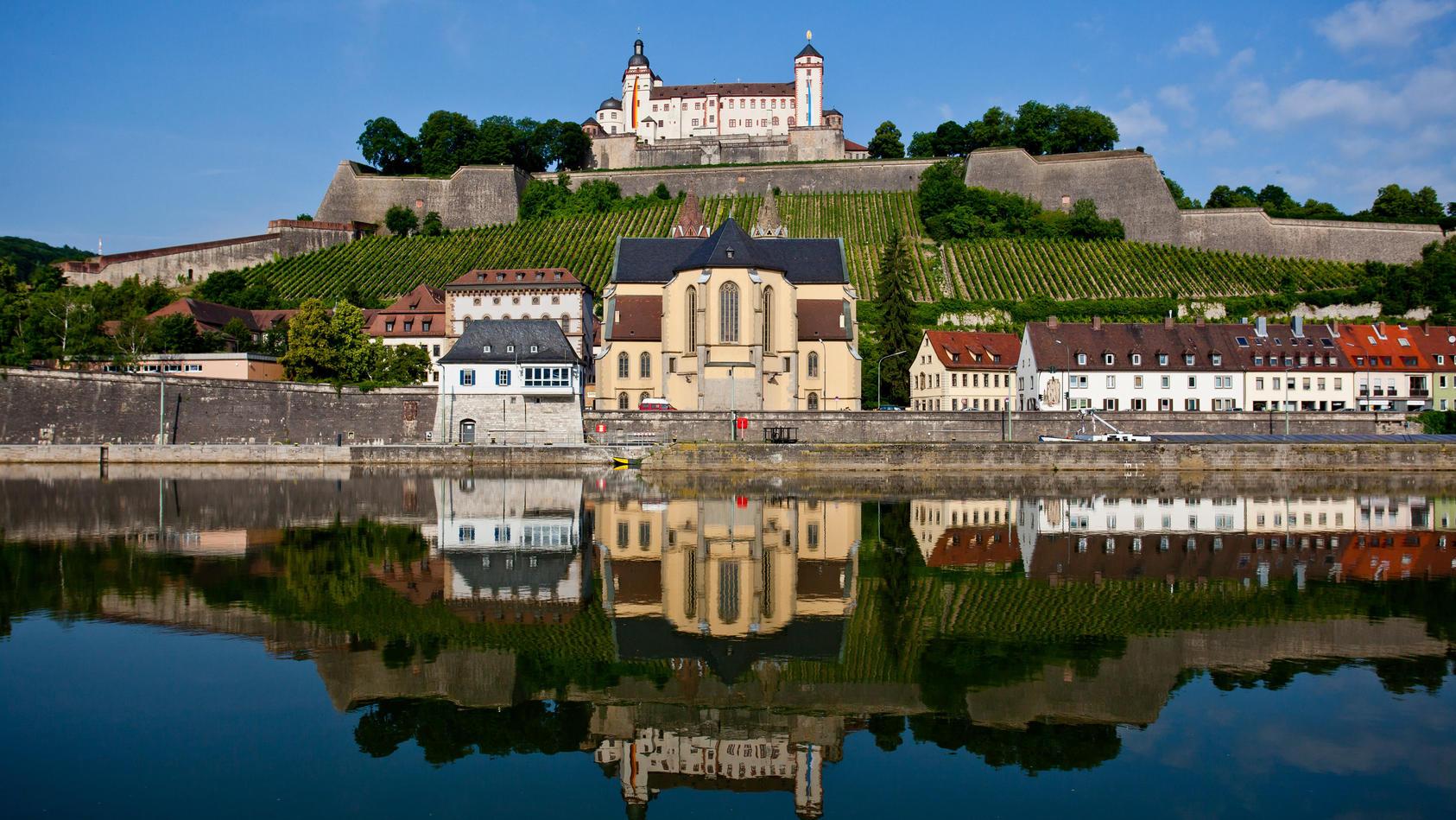 In Würzburg ist ein 18-Jähriger von der Mauer der Festung Marienberg gestürzt.