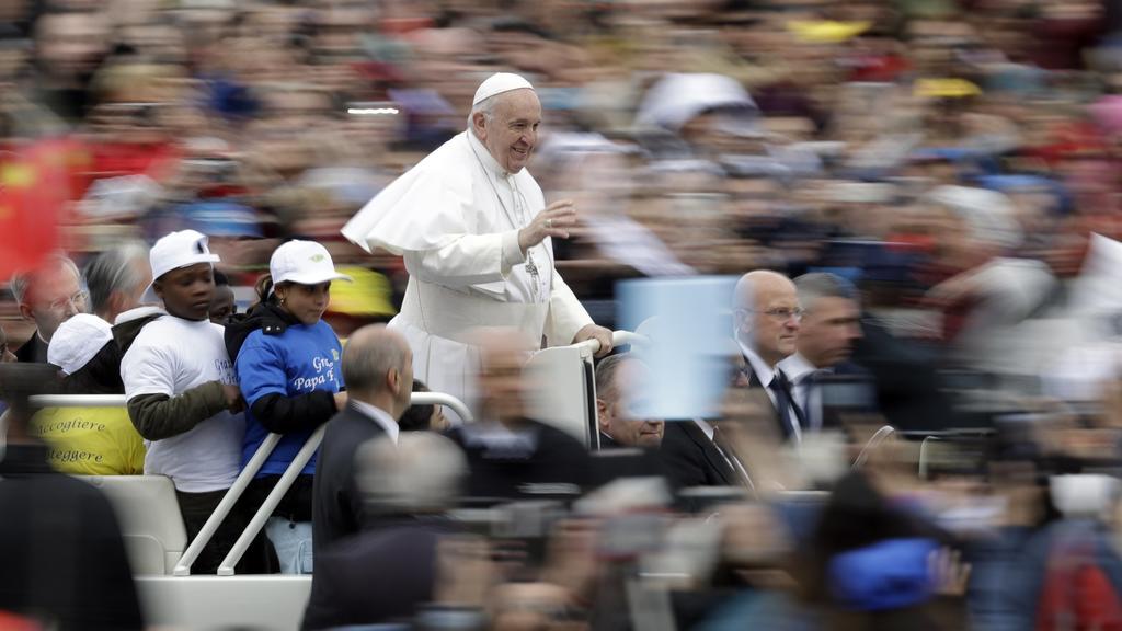 15.05.2019, Italien, Vatikanstadt: Papst Franziskus kommt mit einer Gruppe von Kindern auf seinem Papamobil zu seiner wöchentlichen Generalaudienz auf dem Petersplatz. Foto: Andrew Medichini/AP/dpa +++ dpa-Bildfunk +++