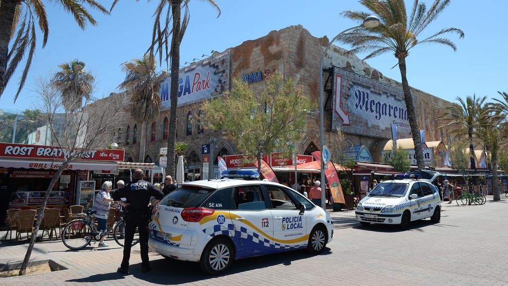 Polizeiautos stehen am Strand an der Playa de Palma in S'Arenal am Megapark und der Megaarena, fotografiert am 03.05.2016 in Arenal (Spanien) bei Palma de Mallorca. Eine Verordnung für zivilisiertes Zusammenleben stellt Benimmregeln auf, die für mehr