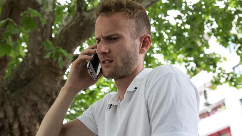 Ist da jemand? Wer eine unbekannte Nummer zurückruft und am anderen Ende der Leitung nichts hört, könnte auf einen Ping-Anruf hereingefallen sein. Foto: Christin Klose