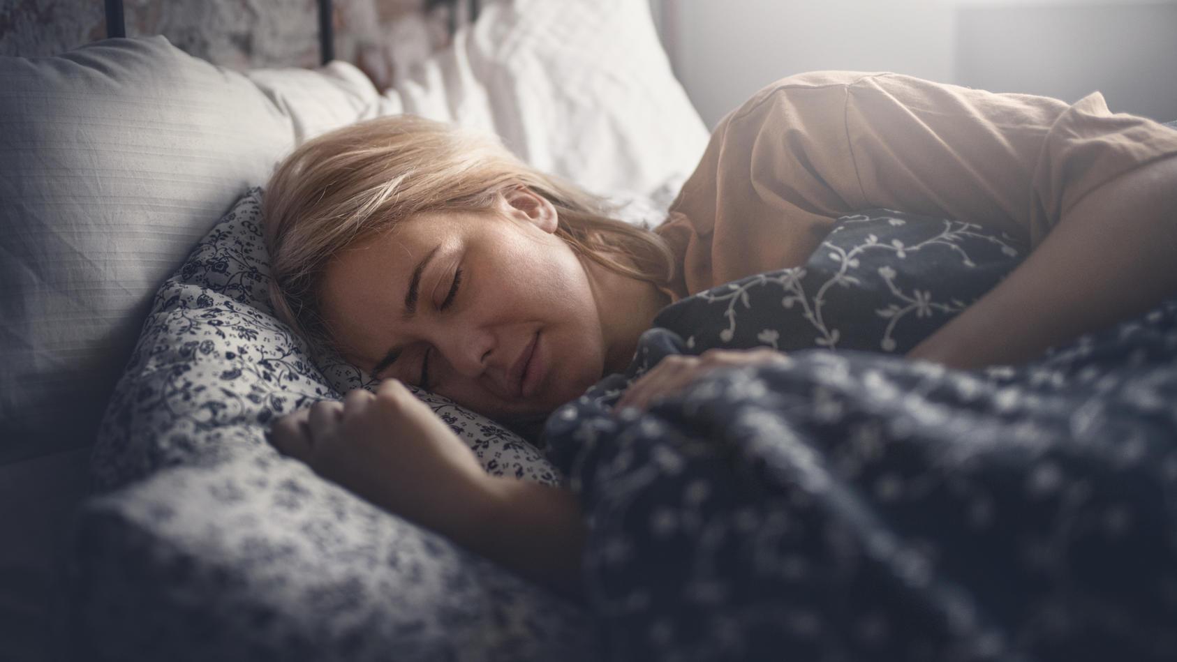 Laut einer neuen Studie nehmen Frauen zu, wenn sie bei Licht schlafen.