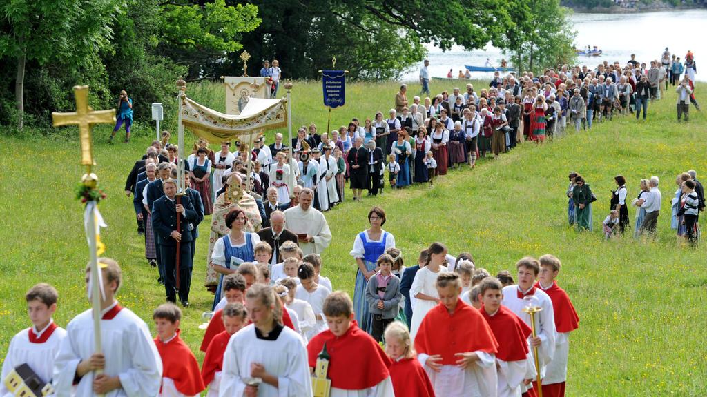 Zahlreiche Menschen nehmen am Donnerstag (07.06.2012) am Staffelsee bei Seehausen (Oberbayern) an der traditionellen Fronleichnams-Seeprozession teil. Das bis heute gefeierte Fronleichnamsfest geht auf eine Vision der Augustiner-Nonne Juliana von Lüt