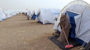 Tausende Menschen fliehen aus Libyen über dir Grenze nach Tunesien.
