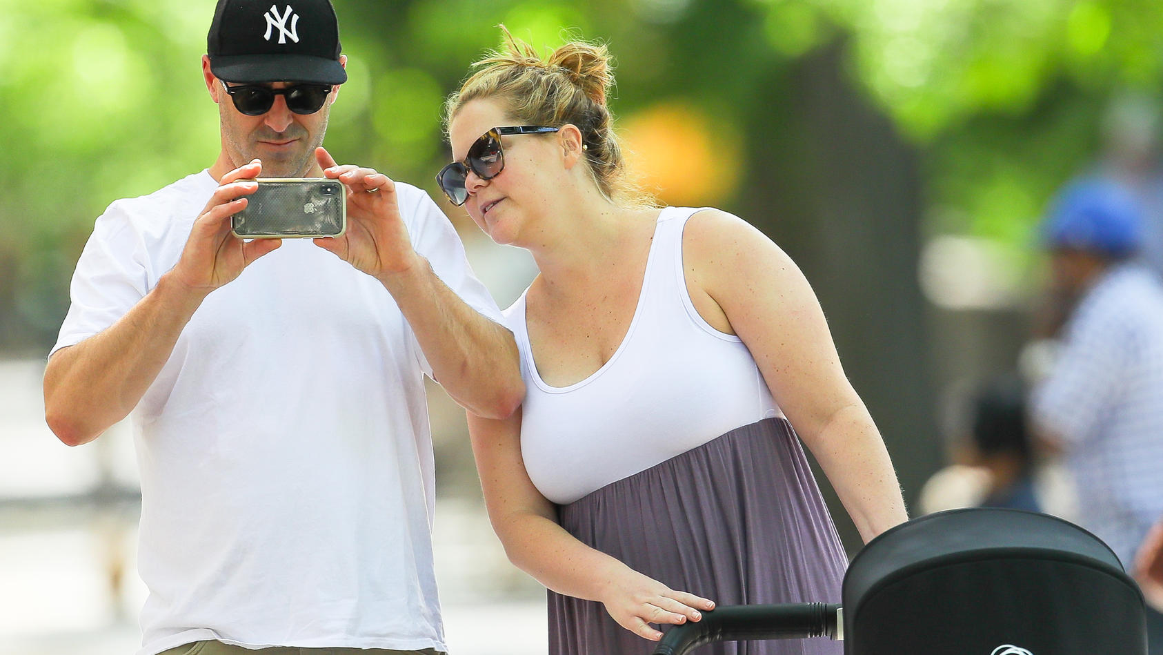 Amy Schumer und  ihr Mann Chris Fischer beim Spaziergang mit ihrem Sohn Gene.