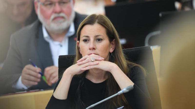 Janine Wissler (Die Linke, r), Fraktionsvorsitzende, und ihr Parteikollege Hermann Schaus nehmen an der Plenarsitzung des Hessischen Landtags teil. Foto: Arne Dedert