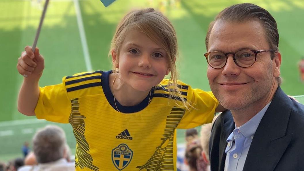 Prinzessin Estelle gemeinsam mit Papa, Prinz Daniel bei der Fußballweltmeisterschaft in Frankreich.