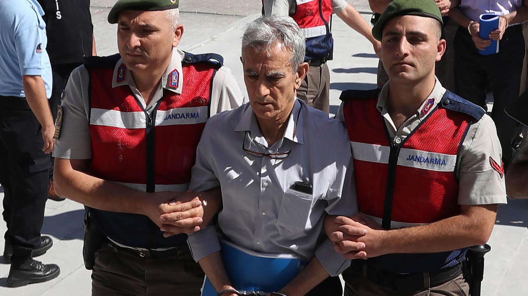 Der ehemalige Ex-Kommandeur der Luftwaffe Akin Öztürk als er 2017 zum Prozess geführt wird. Er gilt aus Sicht der türkischen Regierung als einer der Hauptverantwortlichen für den Putschversuch.