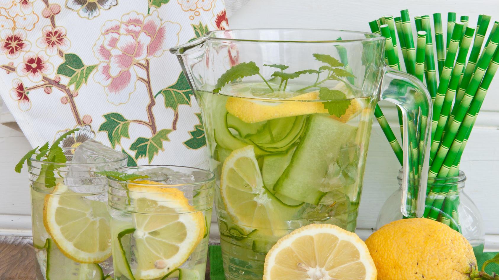 So einfach und so lecker: Gurke in Scheiben schneiden und einige davon ins Trinkwasser geben. Wer mag, kombiniert das Gurkenwasser noch mit Zitrone, Ingwer oder Minze für den extra Frischekick.