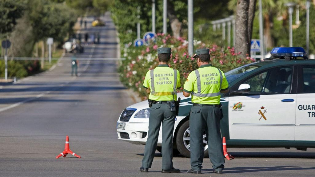 Spanish Civil Guards members cordon off an area near a Civil Guard police station at Palmanova in Calvia, Balearics Islands, where bomb experts are defusing a bomb placed in a car, 30 July 2009. Two Spanish Civil guards were killed earlier in the day