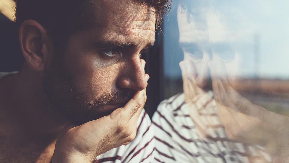 Depressionen müssen schnell behandelt werden, aber Betroffene müssen oft Monate auf einen Therapieplatz warten. Online-Programme versprechen schnelle Hilfe ohne Wartezeit.