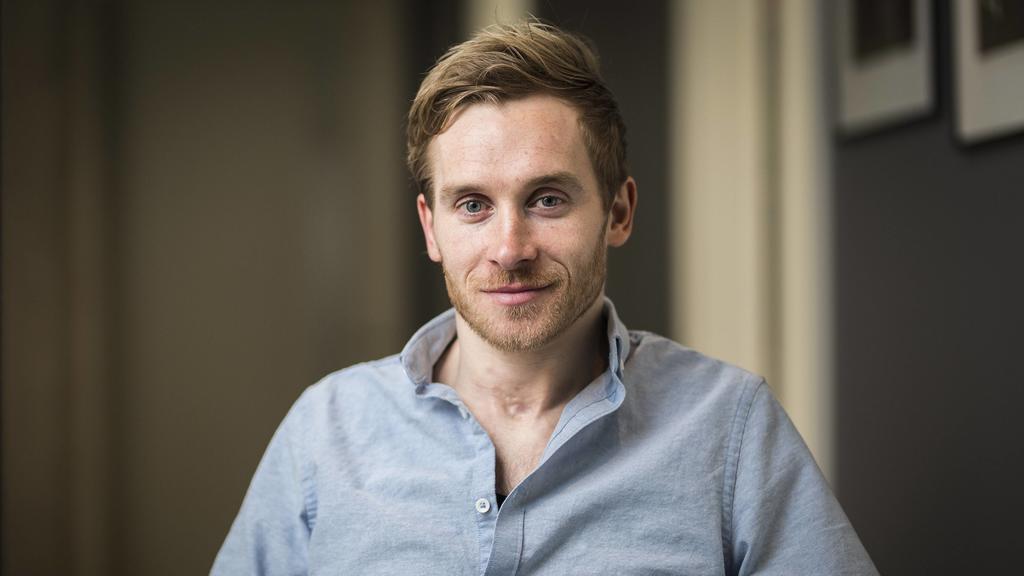 Schauspieler Samuel Koch posiert fuer ein Foto in Berlin