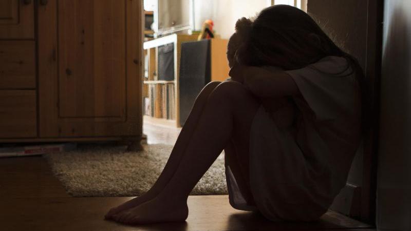 Für Kindesmissbrauch gibt es oft keine eindeutigen Anzeichen - Eltern sollten bei Verhaltensänderung ihres Kindes aber hellhörig werden. Foto: Silvia Marks/dpa-tmn